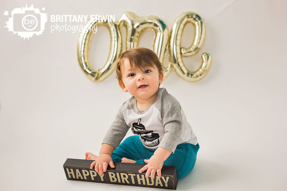 Indianapolis-studio-portrait-photographer-baby-boy-one-balloon-first-birthday-happy-sign.jpg