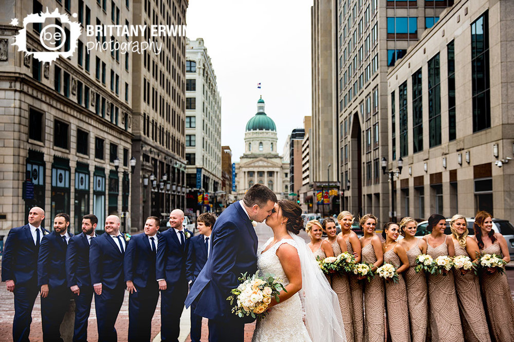 Indianapolis-bridal-party-wedding-photographer-downtown-group-kiss-monument-circle.jpg