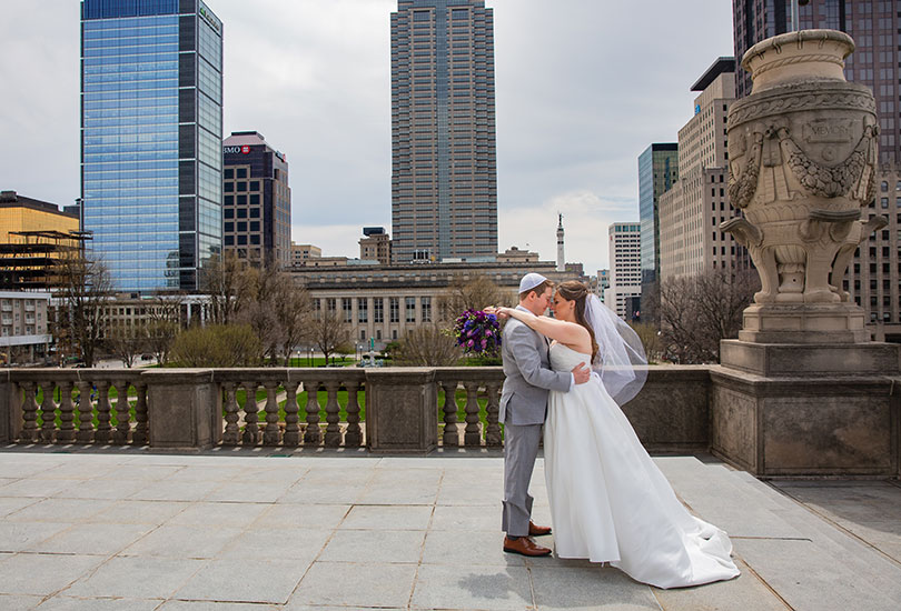 Downtown-Indianapolis-bridal-portrait-couple-skyline.jpg