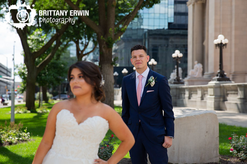 Downtown-Indianapolis-Indiana-wedding-photographer-couple-portrait.jpg