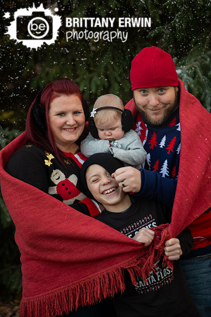 Indianapolis-snow-mini-session-photographer-family-group-snowing-snuggled-in-blanket.jpg