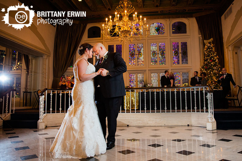 Indianapolis-columbia-club-wedding-photographer-first-dance-monument-cicle-christmas-light.jpg