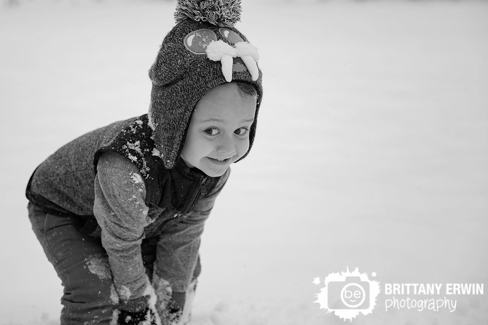 Indianapolis-snow-winter-photographer-toddler-boy-making-snowball.jpg