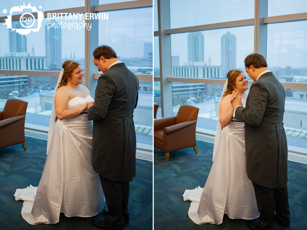 Indianapolis-central-public-library-couple-first-look-top-floor-with-skyline-view.jpg