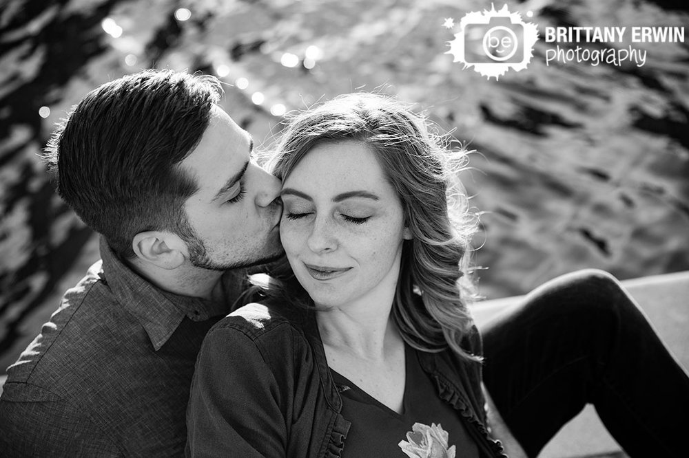 Indianapolis-canal-downtown-engagement-photographer-couple-temple-kiss.jpg
