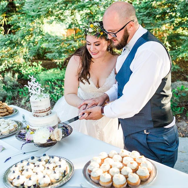 We love LOVE! The perfect pairing! 💖🍰 #Wedding #Cake  Venue: @fortinowinery  Photo: @theleesphotography