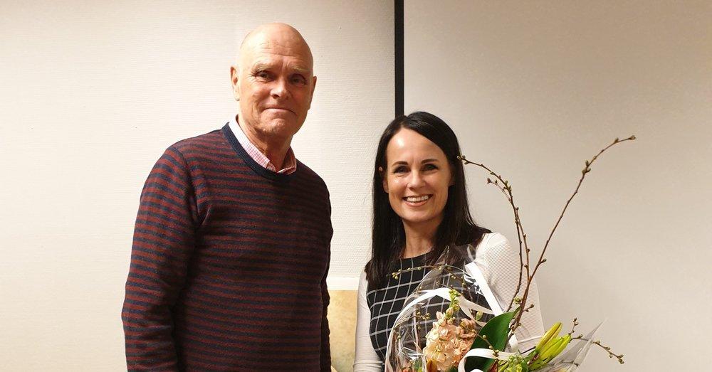 Leder av kunstforeningen Bjørn Alvær sammen med en av årets utstillere Yvonne Jeanette Karlsen