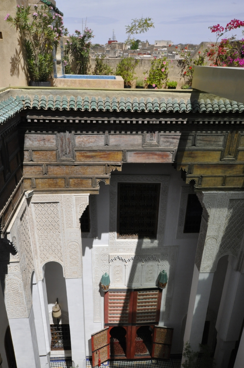 History and architecture - The old Fassi talk of sbaa Louyat as one of the most exclusive streets of the medina.Famous bourgeois families had their mansions here. .The atmosphere was of secular traditions that married peaceful social relationships with an architectural and aesthetic sense, along with a concern for the cleanliness of the environment.Sbaa Louyat was said to be one of the cleanest streets of Fez.In ancient times, no doubt that this area was home to scholars and teachers of Qaraouiyine nearby.Oral tradition relates the great scholar Abu'l-Ahmad al-'Abbas Manjur (926 H / 1519 AD – 995 H / 1588 AD) lived there.A house bearing his name can be found in the street sbaa Louyat (Dar al-Manjur).We know that in XII century great scientists have studied at the Quaraouiyine nearby: Averrroes, Maimonides, Ibn Khaldun …The majesty of the riads of this part of the medina attests to that time and we have restored our own so as to regain some of that bygone atmosphere.