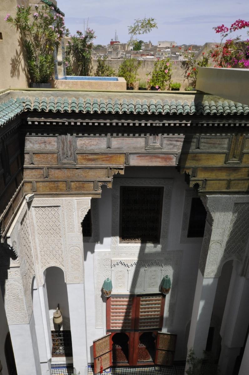 Histoire et architecture - Les vieux fassi parlent de sbaa Louyat comme d'une des rues les plus huppées de l'ancienne médina .Sbaa louyat était, dit-on, l'une des rues les plus propres de Fès.De grandes familles bourgeoises y avaient leur demeure.On y respirait un art de vivre raffiné, emprunt des traditions séculaires, qui alliaient l'équilibre des relations sociales à l'esthétique architecturale et à la propreté de l'environnement.Dans les temps plus anciens, nul doute que ce quartier hébergeait les savants et les enseignants de la Qaraouiyine toute proche.La tradition orale rapporte ainsi que le grand savant Abu'l-'Abbas Ahmad al-Manjur(926 H / 1519 J.C. – 995 H / 1588 J.C.) y a vécu.Une maison portant son nom se trouve dans la rue sbaa Louyat (Dar al-Manjur).La demeure Dar7louyat elle-même semble dater d'après les études spécialisées de l'époque Mérinide (XIV è – XV è siècle)(Voir l'ouvrage de Revault, Golvin et Amahan, CNRS, désormais en ligne)On sait qu'au XIIè siècle de grands savants ont étudiés à la Quaraouiyinetoute proche : le philosophe Averrroes, Maïmonide, Ibn Khaldoun…La majesté des Riads de cette partie de la médina atteste de cette époque et nous avons restauré le nôtre de manière à retrouver un peu de cette ambiance révolue.