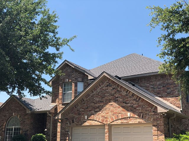 Another beautiful roof replacement in Flower Mound with the GAF HD Pewter Gray. We also stained the fence and replaced the gutters as part of our full storm restoration services 🏚⏩🏠 #roofing #roofinglife #roofinginspection #roofinginstallation #roofreplacement #stormrestoration #hailseason #stormseason #texasweather #contractorsofinsta #roofersofinstagram #newview #newviewroofing #dfwrealestate #dfwmetroplex #instadfw #outfrontmedia #billboard #protectyourinvestment #protectyourhome #freeinspection #shingledroof #shingledamage #stormdamaged #stormdamagerepair #hailstorm #hailstones #texasmade #texasforever #flowermound
