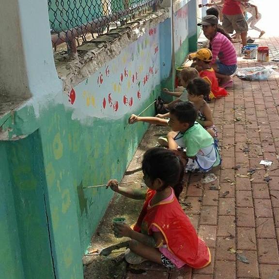 SAN VICENTE - Artistas internacionales, nacionales, y locales juntan en San Vicente para embellecer la escuela primaria con murales que celebran la cultura ecuatoriana y manabita, y inspiran a los jóvenes locales expresarse a través el arte.