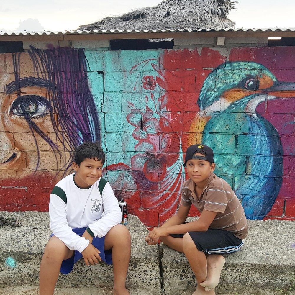 BRICEÑO   Diez artistas pintan más de 25 murales en solo 7 días en la pequeña playa de Briceño para reactivar el turismo y estimular la economía después de la devastación causado por el terremoto.