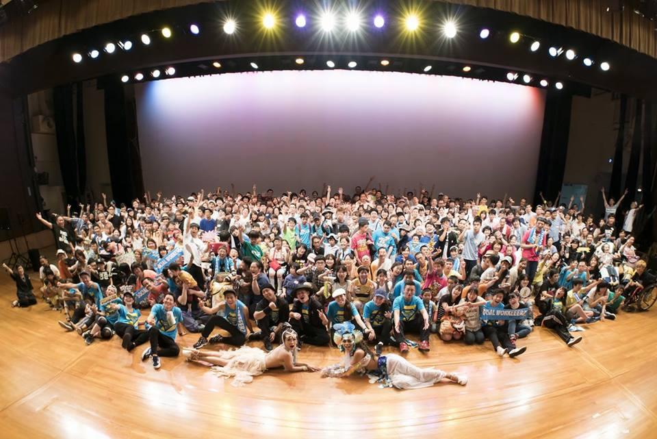SOCIAL WORKEEERZの主催するイベント 「チョイワルナイト」 の集合写真。 障害の有無や様々なバックグランド関係なく皆でひとつになる空間をプロデュースしている。 福祉関係ではないお客さんをどうやって増やしていくかが今後の鍵を握っている。 Photo by Genki Yamashita