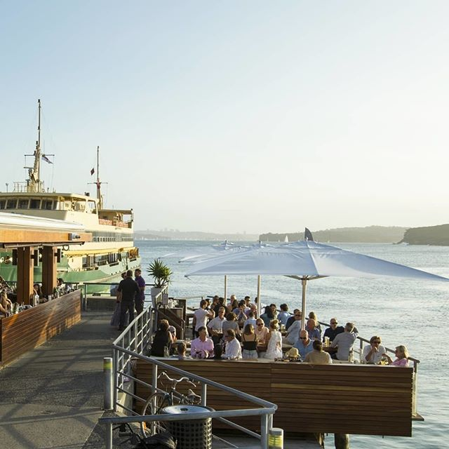 The iconic Hugos Manly is one of the best spots to grab a drink and a pizza in Manly. The place is such a crowd pleaser! 🍺