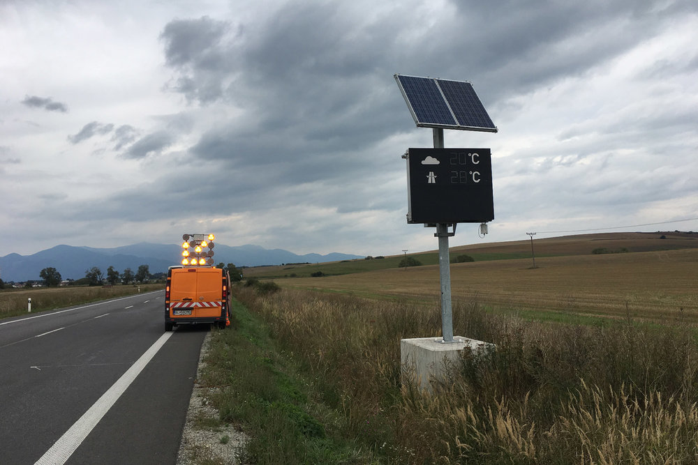 Meteorological road sign using a meteoShield professional for automatic display of accurate local air temperature.