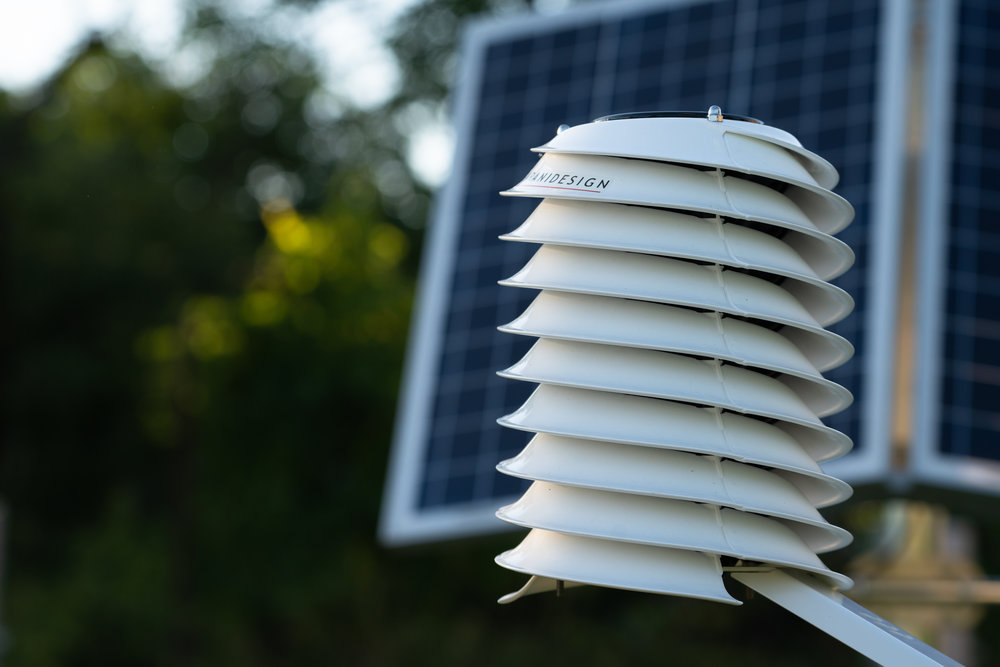 MeteoHelix IoT Pro replaces weather stations with large solar panels