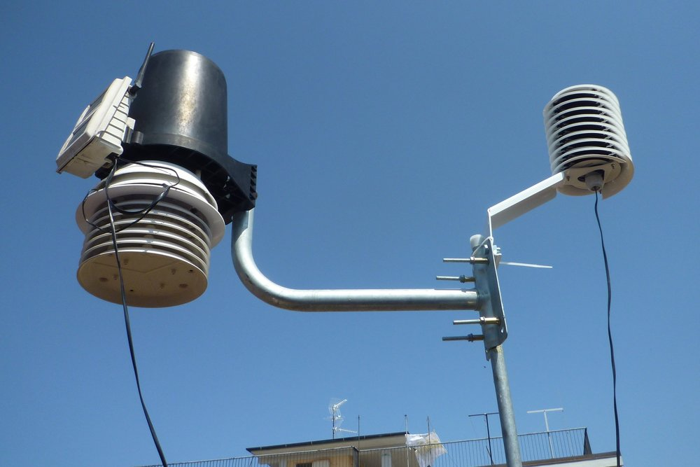 Davis weather station with a helical MeteoShield Professional installed on the right and connected to the davis wireless console.