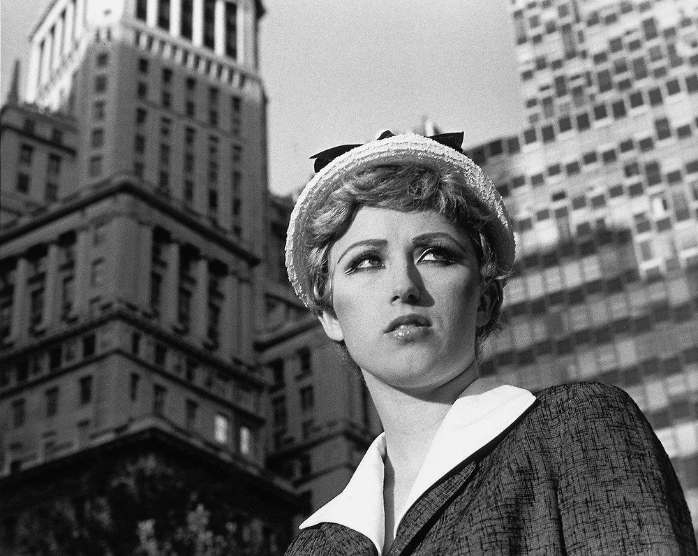 Сінді Шерман, Постановочне фото #21 без назви ( Untitled Film Still  #21), 1978, желатино-срібний друк, 10 x 8 дюймів, 20.3 x 25.4 см., (MP# CS-21). Публікується з дозволу художниці та галереї  MetroPicturesGallery , Нью-Йорк.