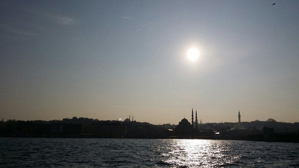 Ferri para cruzar de la parte europea a la parte asiática por el Bósforo. Unido río que atraviesa una cuidad en el mundo que es de agua salada o viene del mar.