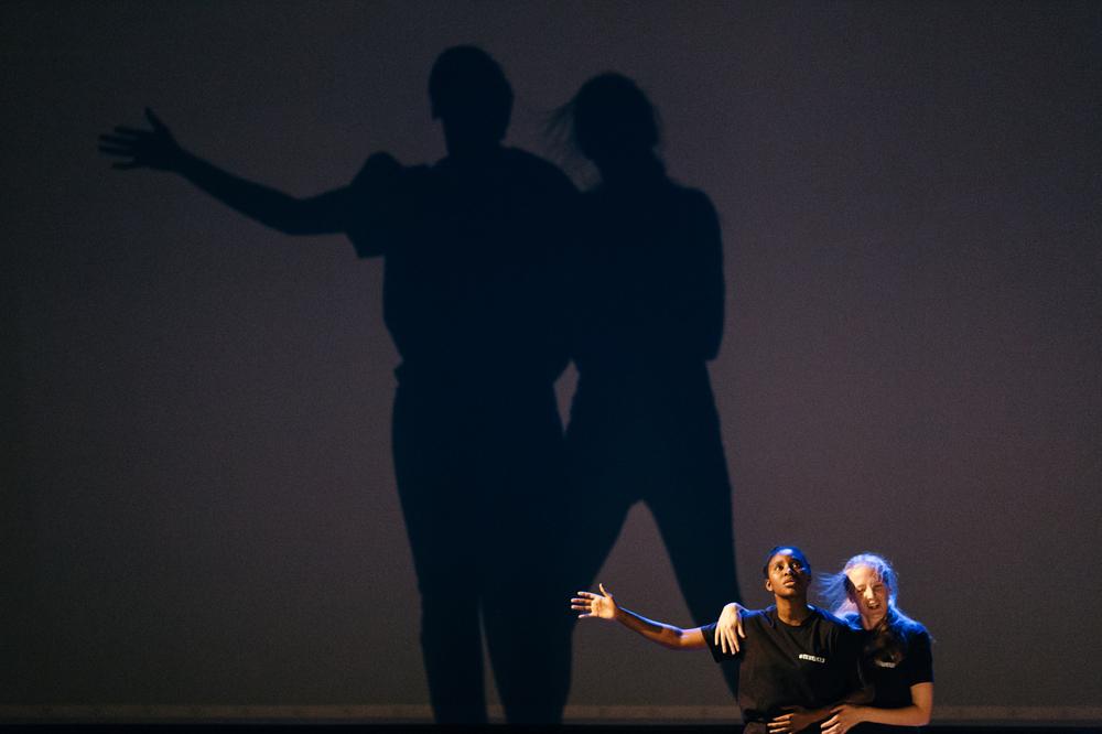 """TekstLab Unge Stemmer medvirker med utdrag fra forestillingen """"ID-politics of identity"""" gjennom hele festivalen"""