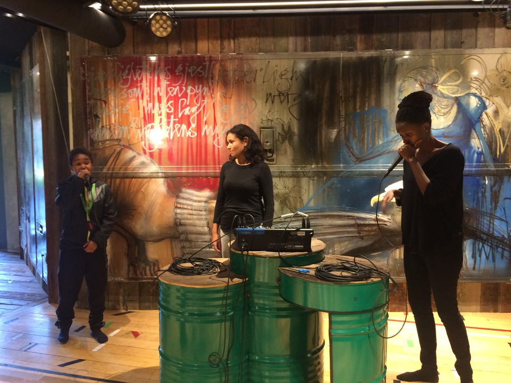 Hanad fra Biblo Tøyen har jam med scenekunstnerne Amina Sewali og Alma Bø