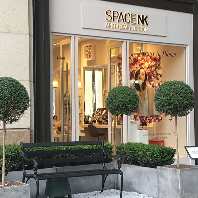 While in Shanghai last month working on a cross border commerce project for TMALL, was surprised to come across this SpaceNK retail venue - with edited assortment. #spacenk #tmall