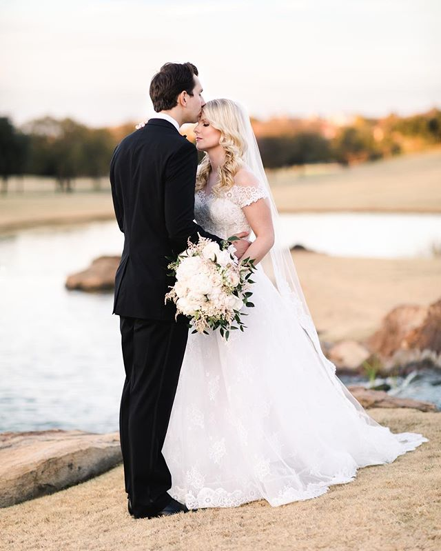 Golden hour with a golden couple ✨. . . . . Planner: Whitney Bailey @engagedeventsdallas  Florals: @bflive  Rentals: @bellaacento  Venue: @fsdallasweddings @fsdallas  HAMU: @sonia_trevino @myfabfaces  Dress: @isabellearmstrongnewyork @neimanmarcusbridal  Video: @emileeguidorzi