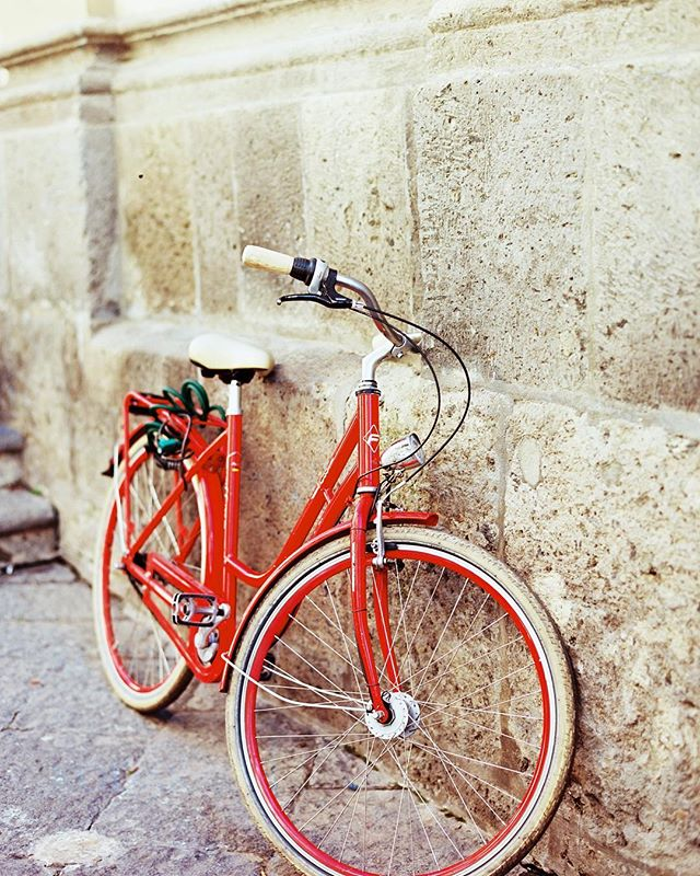 The cutest little red bike I found in a back alley in Sorrento, Italy. #kodakalaris #ektar100 #ektarpushedtwostops #thefindlab #contax645 #zeiss
