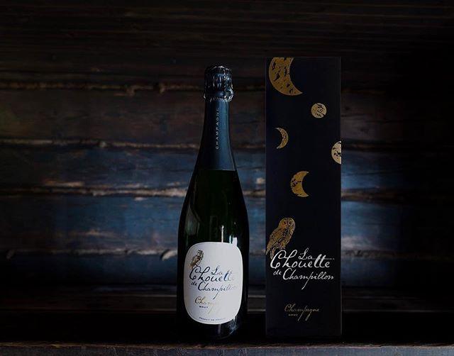"""Suomen myydyimmäksi samppanjaksi noussut """"pöllösamppanja"""", eli Champagne Chouette, on suomalais-ranskalaisen yhteistyön tulos – suomalaista suunnittelua ja ranskalaista viininvalmistustaitoa. Chouette-lahjapakkaus on tyylikäs ja arvostettu lahja Suomi100 itsenäisyyspäiväjuhliin. Tilaa tänään 29.12. klo 15 mennessä, niin varmistat toimituksen lähimpään Alkoon itsenäisyyspäiväksi. #pöllösamppanja #champagnechouette #champagne #suomi100"""