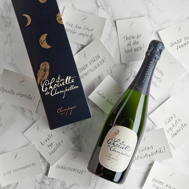 """Sano se samppanjalla! Suomen myydyimmäksi samppanjaksi noussut """"pöllösamppanja"""", eli Champagne Chouette, on juhlakauden ajan saatavilla tyylikkäässä suomalaisvoimin suunnitellussa lahjapakkauksessa. Kuten samppanja itsekin, myös lahjapakkaus on suomalais-ranskalaisen yhteistyön tulos – suomalaista suunnittelua ja ranskalaista viininvalmistustaitoa.  Tilaa lahjaksi: www.champagnechouette.com/lahjaksi #champagnechouette #pöllösamppanja #chouette #lahja #lahjaidea"""