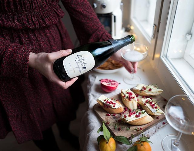 """""""Kun minulta kysytään viinisuosituksia joulupöytään, kehotan aina kokeilemaan samppanjaa, koska se sopii kaiken kanssa – niin raikkaiden kalojen kuin rasvaistenkin ruokien. """"  Chouette de Champillon on ollut yksi suosikeistani jo pitkään, mutta viimesyksyisen matkani jälkeen olen vielä suurempi fani. Minusta on ihan mieletöntä, että Suomen myydyin samppanja tulee jättitaloihin verrattuna hyvin pieneltä tuottajalta! - @uusimuusa.fi 🍾 #pöllösamppanja #champagnechouette #champagne #christmas #joulu"""