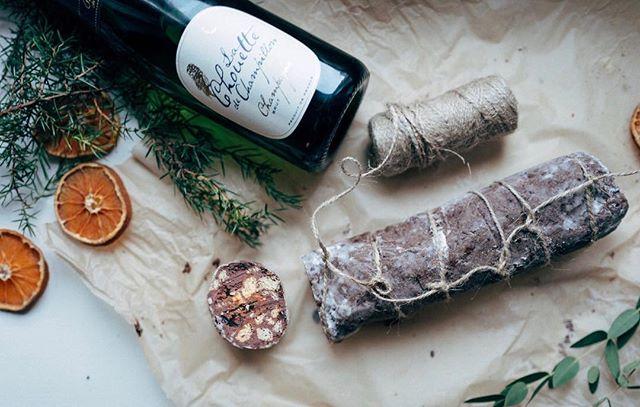 Terveisiä makkaratehtaalta. Joulun ihanin salami kätkee sisäänsä suklaata, pähkinöitä, keksejä ja mustikoita. Kurkkaa helppo resepti sivuiltamme. Ps. Muista laittaa pöllösamppanja kylmään huomista varten 🍾 #pöllösamppanja #champagnechouette #suklaasalami #chocolatesalami #champagne