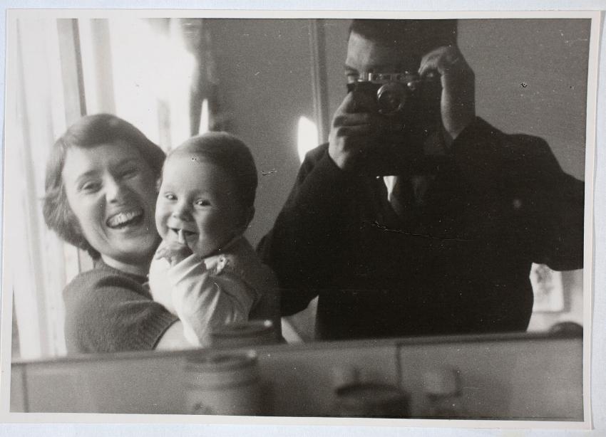 Ik als blije baby met mijn moeder en vader in actie met zijn Leica uit 1932. Hij heeft deze foto zelf afgedrukt. 1961.