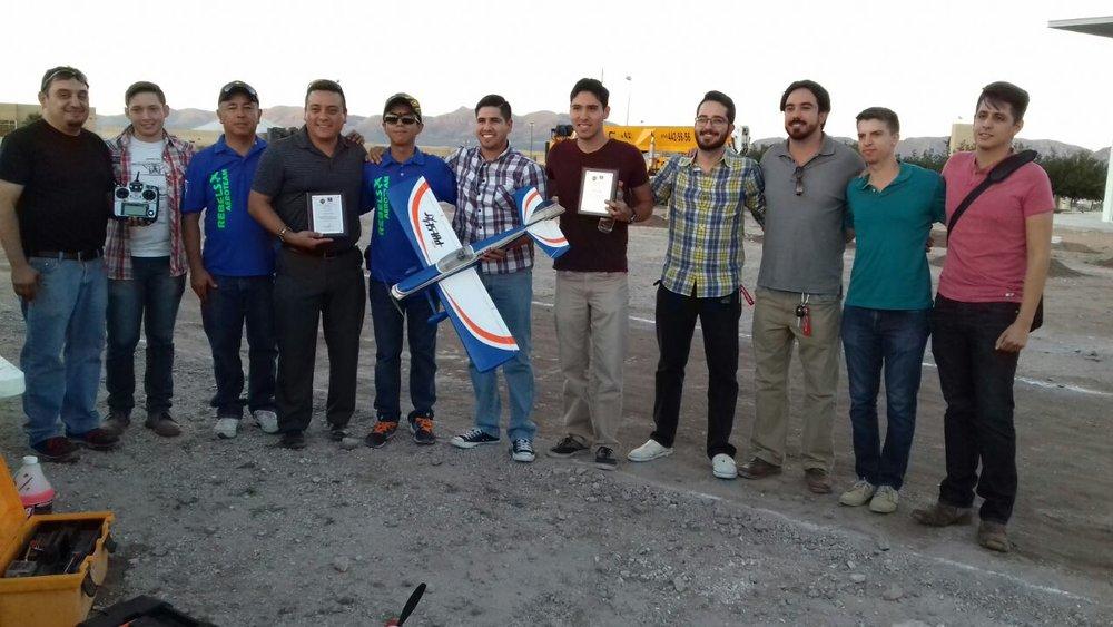 Club AIAA y Rebels Aeroteam en evento de demostracion de aviones, drones y vuelo 3D.