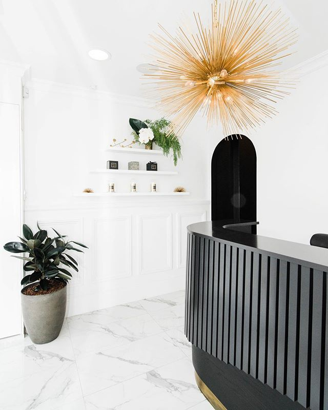 Interiors // So I think safe to say best entryway award goes to @pellismedispa 🙌 Gorgeous blooms by @arianna_styliste 🌿 - I recently had the pleasure of photographing this gorgeous space as well as the people who make it run. Yvette is a master beauty therapist and the equipment is state of the art 💆♀️ - Given the mammoth week I've had (five big shoot days over seven days), I think booking myself in for a technispa is a well deserved treat 😀 - #sydneyphotographer