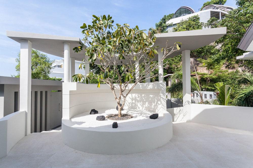 Entrance area with zen garden