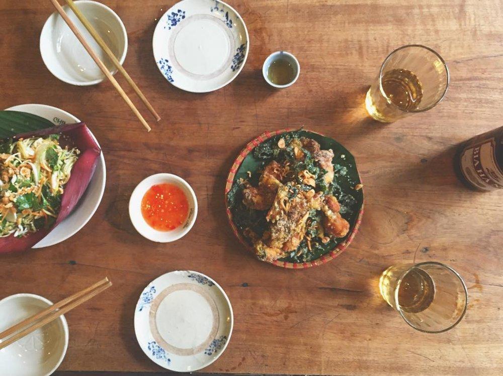 Las mejores ancas de rana que probaré en mi vida, una crujiente y curiosa green banana salad, y una fresquísima cerveza local que nos sirvieron en el Chim Sao Restaurant de Hanoi. ¡Soñando con volver!