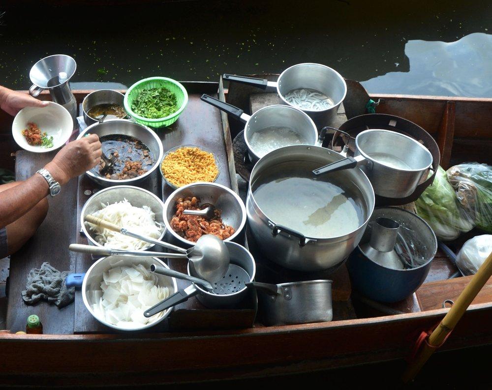 Simpático vietnamita que nos dio a probar el famoso Pho Bo en la Bahía de Ha Long, Vietnam. De lo rico que estaba, ¡se nos quitó hasta el calor!