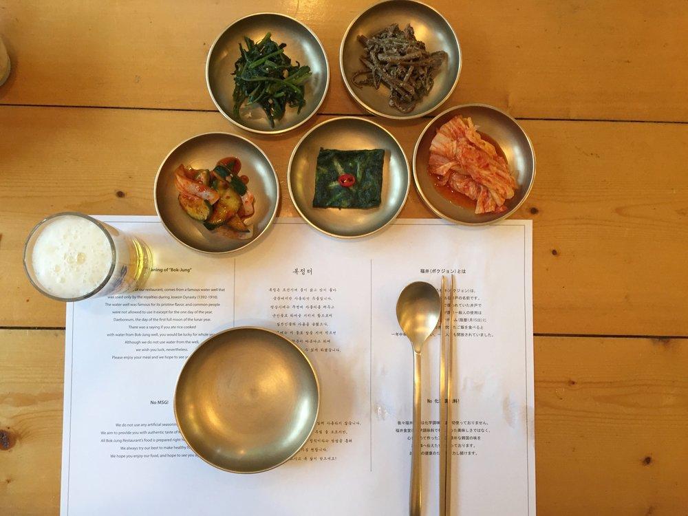 Diferentes tipos de Kimchi. Bok Jung restaurant. Seoul, South Korea.