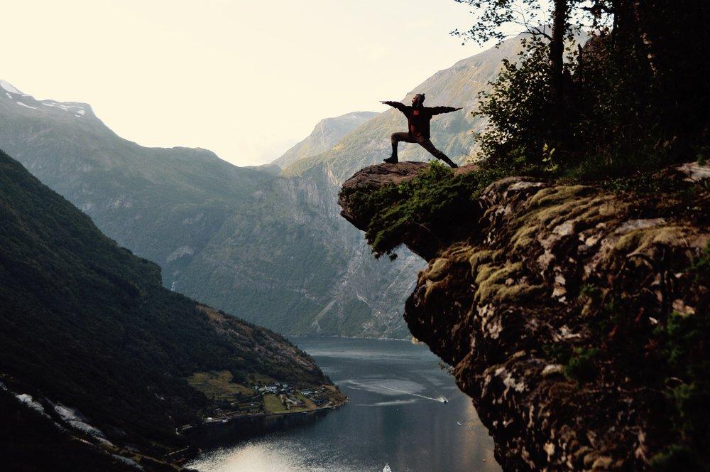 JOGA DYNAMICZNA   Vinyasa Joga, czyli flow joga to metoda, w której płynnie przechodzimy z pozycji do pozycji tworzących całościową i celową sekwencję (np. otwierającą biodra lub wzmacniającą centrum). W asanie pozostajemy od trzech do pięciu oddechów koncentrując się na przepływie energii i oddechu. Poziom intensywności i trudności sekwencji jest dostosowany do poziomu zaawansowania grupy.