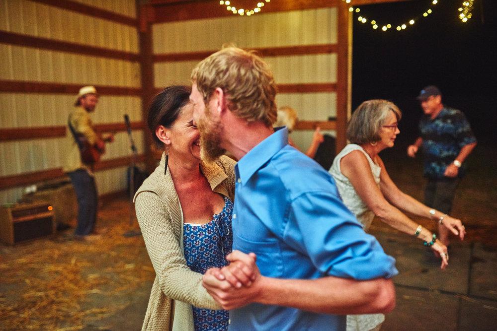 couple dancing at plum nelli farm wedding .jpg