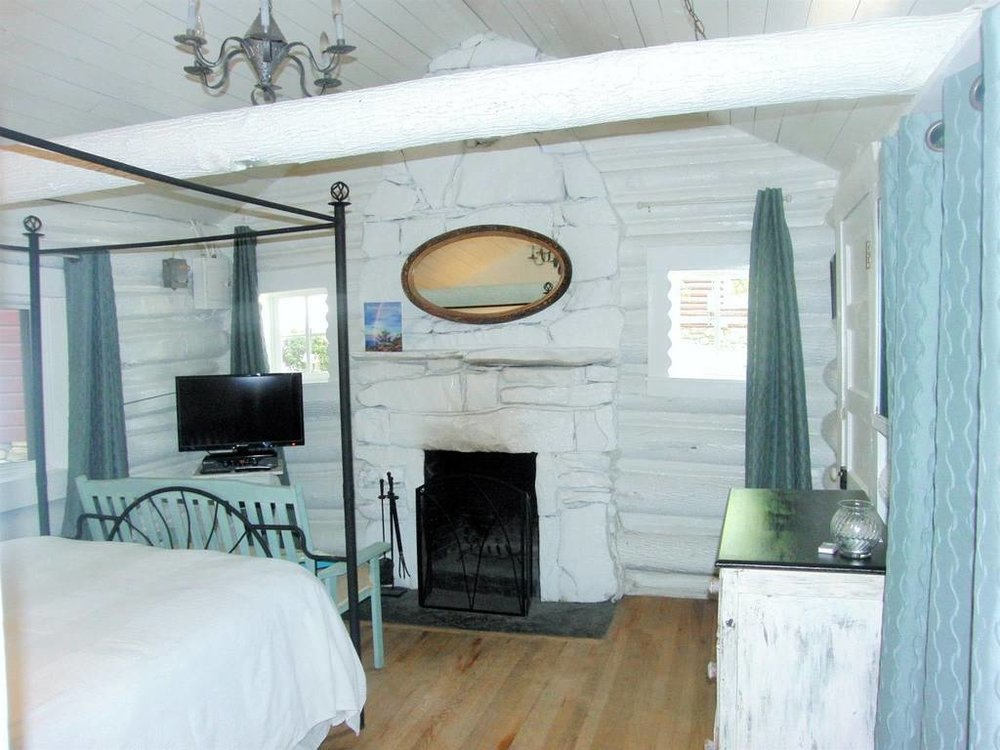 cabin1fireplace.jpg.1024x0.jpg