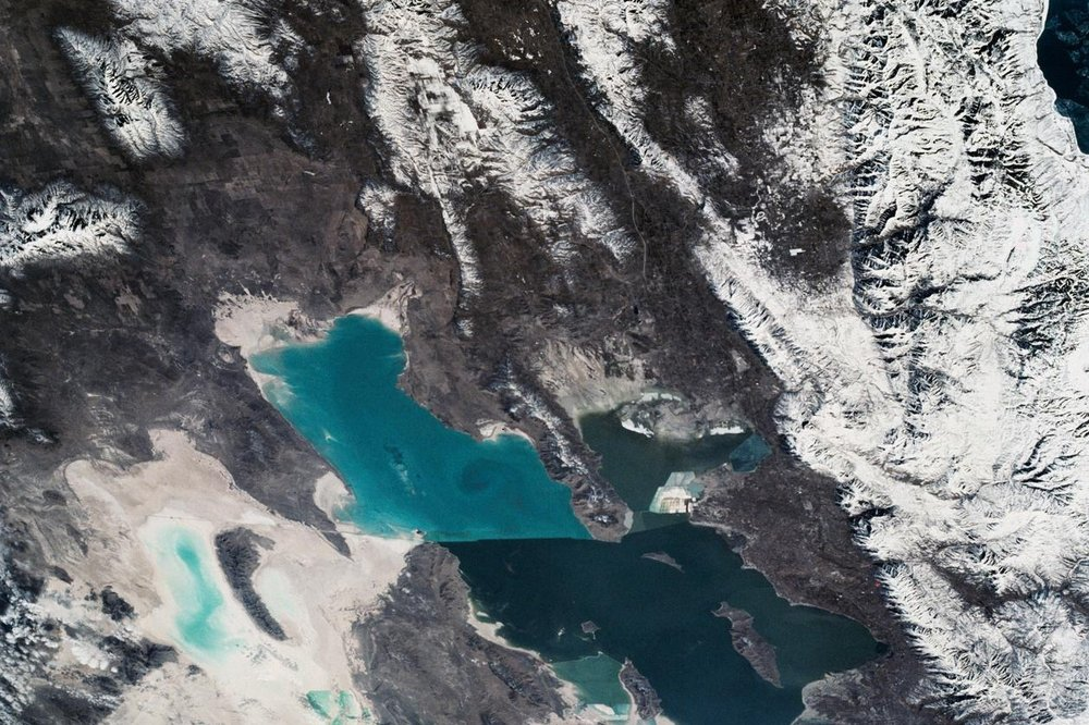 Appearing as two seperate water bodies with a divider in the middle, the Great Salt Lake in Utah is fed by melting snow from the close-by Wasatch Mountains. 📸:  NASA