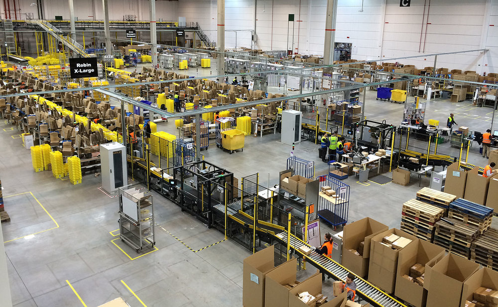 Inside an Amazon fulfilment warehouse. 📸:  Wikimedia