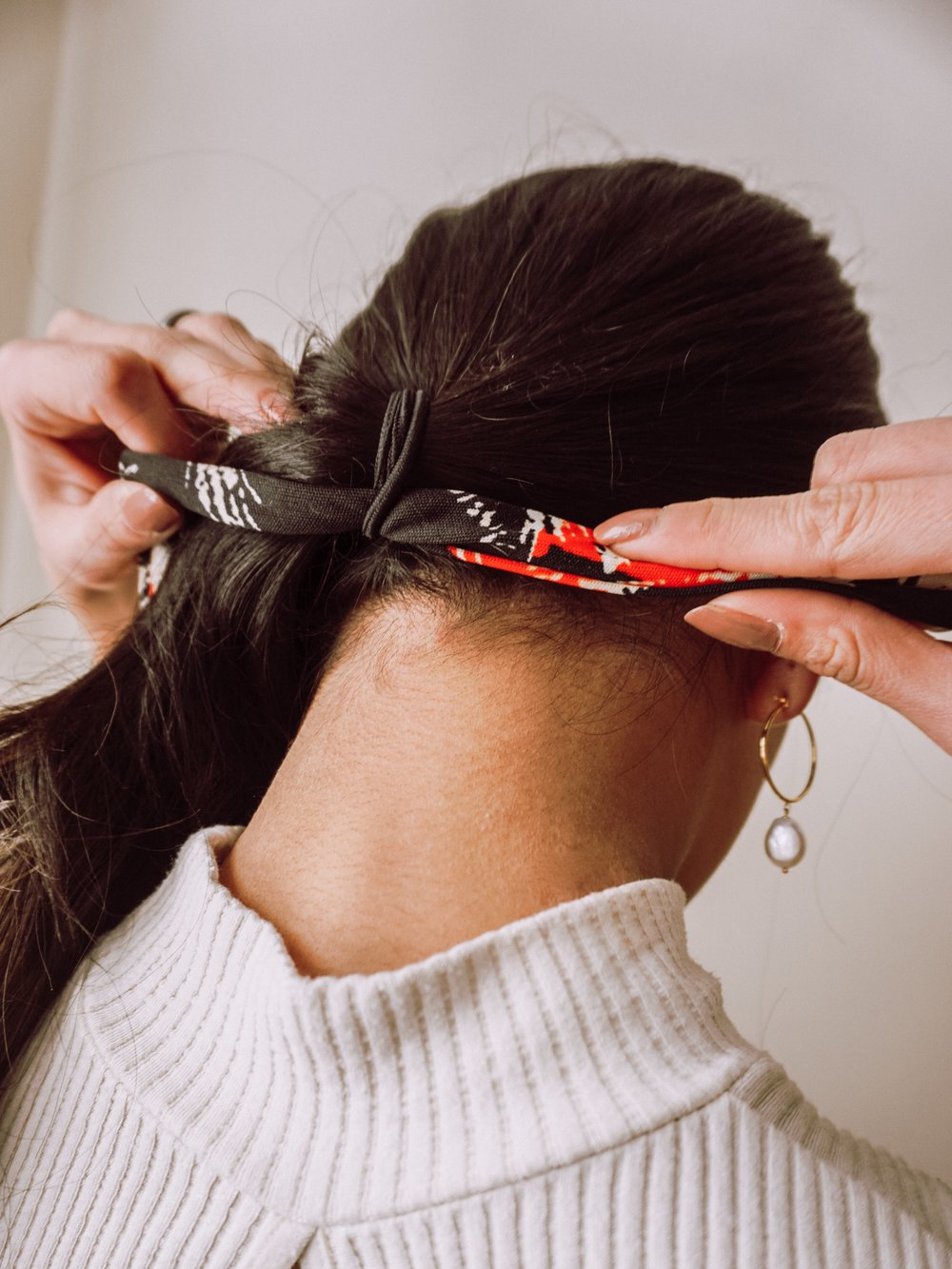 2: Put the scarf through the hair tie - This is the trick! Just let the scarf go through the hair tie, IT MAKES A HUGE DIFFERENCE!