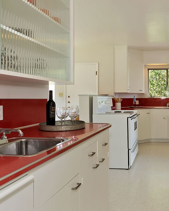 PRISTINE MARTINI-READY KITCHEN WITH ROOM FOR GUESTS  AND  CHEF