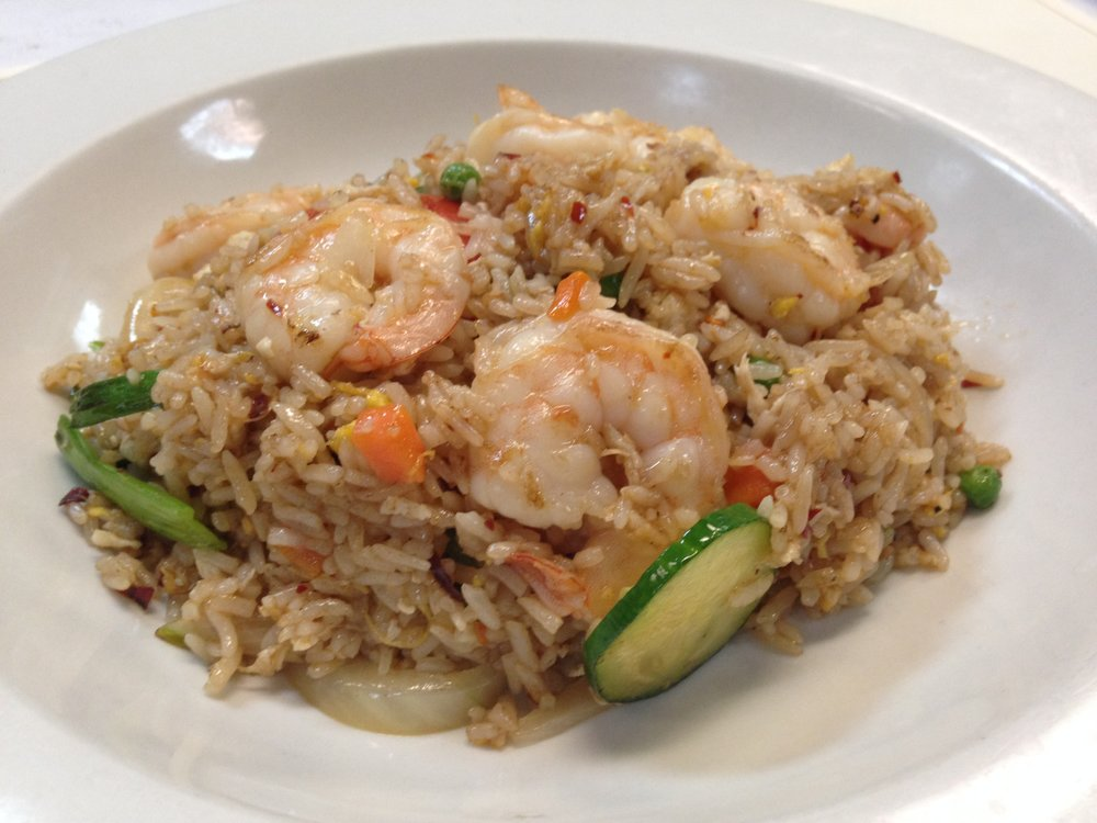 thai fried rice - Fried rice with egg, onion, cucumber, tomato, peas and carrot in brown sauce    7.25 / 10.95(image shows thai fried fice with shrimp which is an additional 3.00)