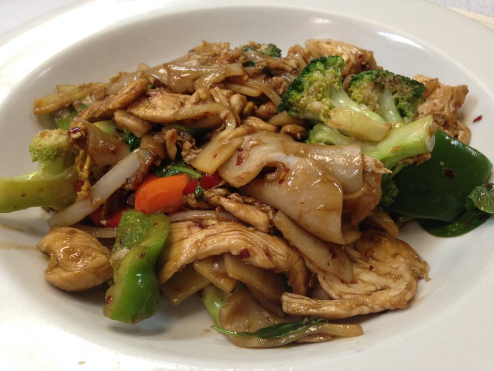 Pad Kee Mao w/chicken - Wide rice noodle stir fried with egg, broccoli, bamboo, onion, bell pepper and fresh basil in brown sauce   7.25 / 11.95