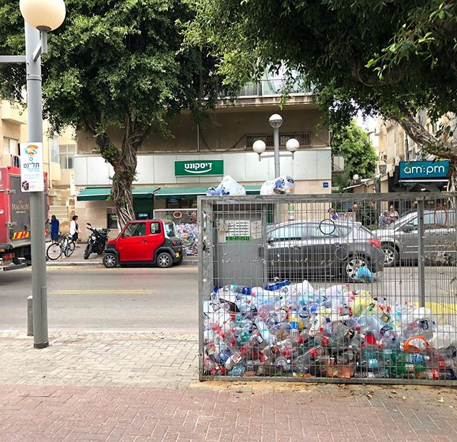 Recycling plastic in Tel Aviv.... and this a main street in a good part of town. Australia is doing great in our recycling methods and standards. 👌🏻