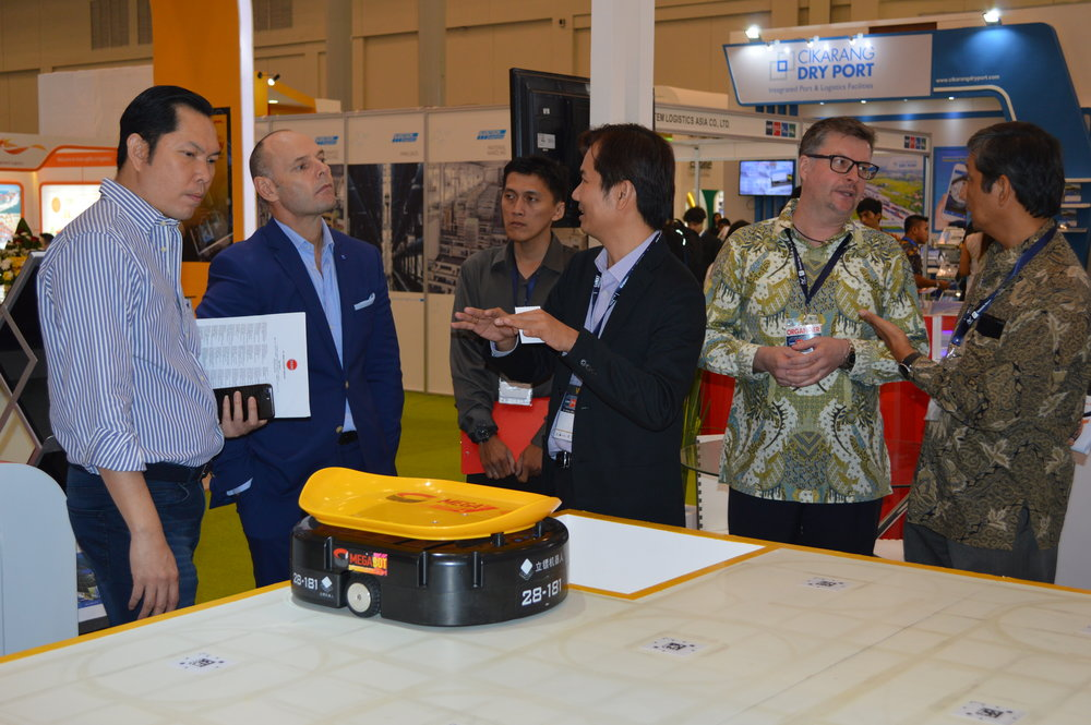 Sources: Cheng Hua representative explaining to exhibitors about our new product MegaBot that is exhibited during   Indonesia CeMAT South East Asia 02-06 May2018.